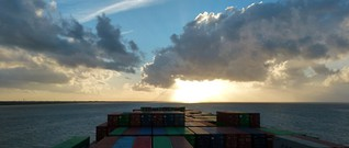 Frachtschiffreise: Mit 4000 Containern durchs Mittelmeer | merian.de