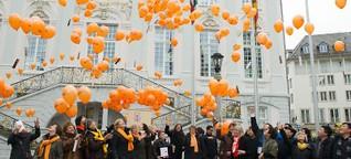 Am Tag gegen Gewalt an Frauen steigen Luftballons auf