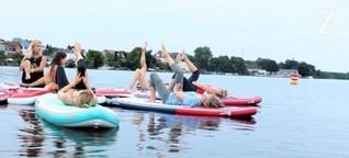 Ommh auf der schwimmenden Yogamatte
