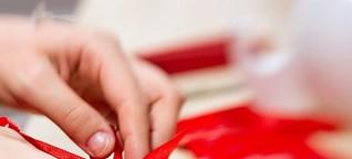Weihnachtsgeschenke: Worauf Sie beim Einkauf in der Stadt und im Internet achten sollten