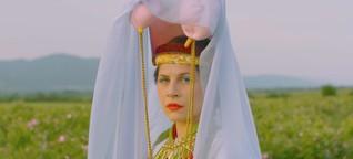 Eine tanzende Rosenkönigin