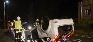 Auto kommt ins Schleudern, überschlägt sich und landet auf dem Dach