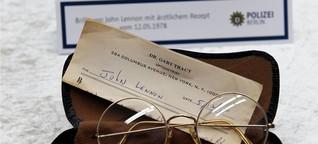 Polizei zeigt 100 gestohlene Gegenstände von John Lennon