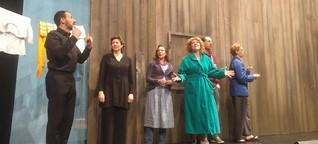 Theateraufführung in Gebärdensprache - Mit Dolmetscher auf der Bühne