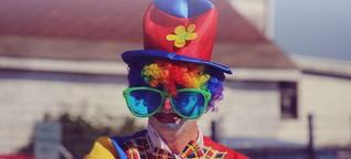 Mann weiß, dass er gefeuert wird - und bringt Clown zum Gespräch mit