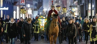 Heidelberg: Mit Laternen gegen den Nebel beim Martinszug in der Altstadt