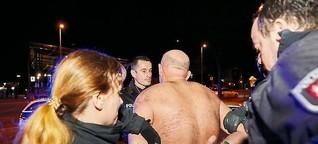 Fotografin mit Kiez-Polizisten im Einsatz - Davidwache hautnah