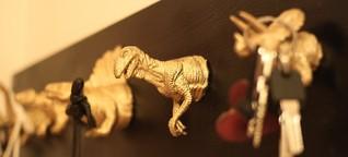 Upcycling von Gummidinosauriern: An einer Wand vor unserer Zeit