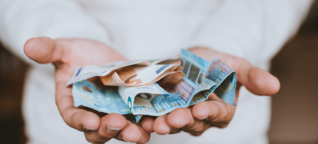 Unser Umgang mit Geld kann unsere Beziehung belasten