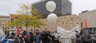 Biker halten Mahnwache vor Münchner Synagoge