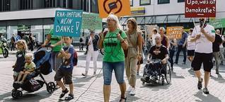 Razzia bei Ärztin der Leugner-Szene: Spontandemo mit Wutrede