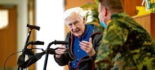 Soldat:innen-Einsatz in Pflegeheimen: Opa was vom Krieg erzählen
